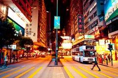 Folket shoppar, och neon undertecknar in Hong Kong Royaltyfri Bild