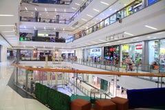 Folket shoppar på den centrala shoppinggallerian Arkivbilder
