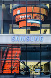Folket shoppar på den Samsung mobilen shoppar Arkivbild
