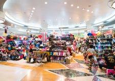 Folket shoppar på MBK-shoppinggallerian i Bangkok Arkivfoton