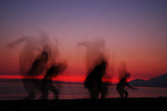folket silhouettes solnedgång Royaltyfria Foton