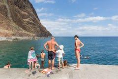 Folket simmar i Atlanticet Ocean längs kusten av madeiran, Portugal Arkivfoto