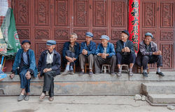 Folket sitter framme av ett socialvårdhem Royaltyfri Bild