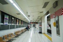 Folket sitter på plattformen väntar på det Tobu drevet som tas i Tokyo Arkivfoton