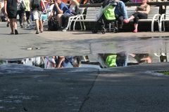 Folket sitter på vänta för bänk fotografering för bildbyråer