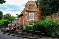 Folket sitter utanför bar i Norwich, England Royaltyfri Fotografi