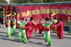 Folket sjunger och dansar för att fira det kinesiska nya året Royaltyfri Bild