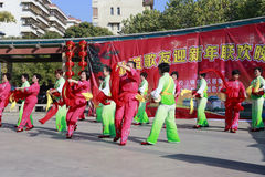 Folket sjunger och dansar för att fira det kinesiska nya året Royaltyfria Foton