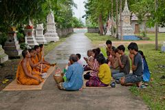 Folket ska göra merit, välgörenhet med munkar för avliden Arkivbild