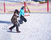 Folket skidar med och snowboarden Arkivfoton