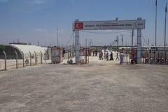 Folket skriver in Akcakale det syrianska flyktinglägret Fotografering för Bildbyråer