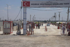 Folket skriver in Akcakale det syrianska flyktinglägret Royaltyfri Foto