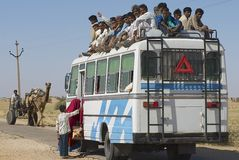 Folket skriver in bussen i Jamba, Rajasthan, Indien Arkivbilder