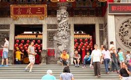 Folket skriver in en stor tempel i Taiwan Arkivfoto