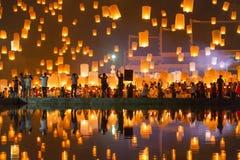 Folket släpper himmellyktor under den Yi Peng festivalen Royaltyfri Bild