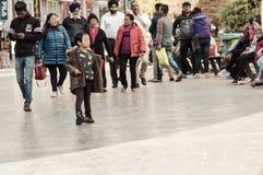 Folket som att ta går på jul, semestrar i den upptagna MG Marg gatan selektivt arkivfoton