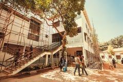 Folket som besöker den populära konsten, centrerar Karnataka Chitrakala Parishath Royaltyfri Fotografi