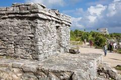 Folket som besöker det Mayan, fördärvar i Tulum Arkivfoto