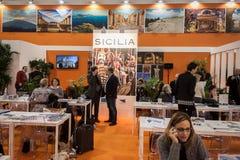 Folket som besöker Sicilien, står på biten 2014, internationellt turismutbyte i Milan, Italien royaltyfri fotografi
