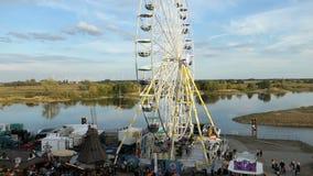 Folket som besöker stadfestival, namnger Burgfest i den Tangermuende Tyskland Pariserhjul på promenad av Elbe River arkivfilmer