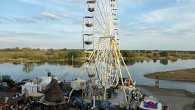 Folket som besöker stadfestival, namnger Burgfest i den Tangermuende Tyskland Pariserhjul på promenad av Elbe River stock video