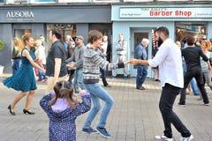 Folket som dansar i gatan för en välgörenhethändelse, shoppar gata, G Royaltyfri Bild