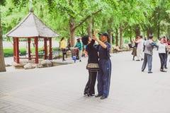 Folket som dansar i Taoranting, parkerar i Peking, Kina Arkivbilder