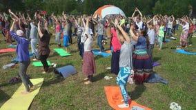 Folket som dansar yoga, dansar `-Kaoshiki ` som utvidgar medvetenhet stock video