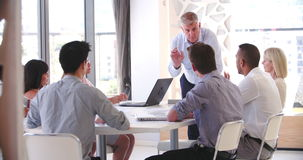 Folket som deltar i affärsmöte i modernt, öppnar plankontoret