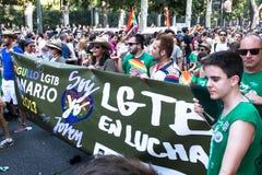 Folket som deltar på en demonstration på den glade stoltheten, ståtar i Madrid Royaltyfri Fotografi