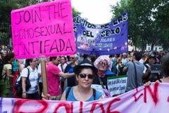 Folket som deltar på en demonstration på den glade stoltheten, ståtar i Madrid Royaltyfri Bild
