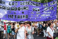 Folket som deltar på en demonstration på den glade stoltheten, ståtar i Madrid Arkivfoton