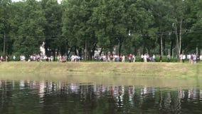 Folket som det har, vilar vid sjön i en stad parkerar sikt lager videofilmer