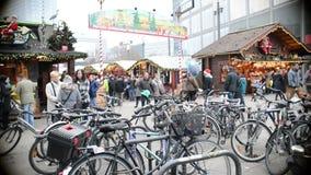Folket som går över den Alexanderplatz julen, marknadsför i det Berlin Mitte området En spårvagn förbigår lager videofilmer