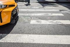 Folket som går över ett kors, går på Fifth Avenue i New York City Royaltyfri Bild