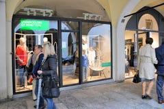 Folket som går av, shoppar framme fönster och att shoppa i den centrala portiken av det 16th århundradet Arkivfoton