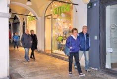 Folket som går av, shoppar framme fönster och att shoppa i den centrala portiken av det 16th århundradet Royaltyfria Foton