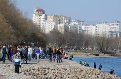 Folket som går bredvid vatten i Kolomenskoe, parkerar Arkivfoto