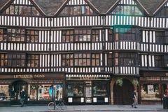 Folket som går forntiden Lipman & söner och Sanford, shoppar i staden av London, UK arkivfoto