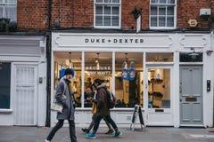Folket som går forntidshertigen + Dexter, shoppar i Covent Garden, London, UK arkivfoto