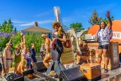 Folket som går i de 39th årliga Provincetown karnevalgudarna och gudinnan, ståtar på den kommersiella gatan i Provincetown, Massa fotografering för bildbyråer