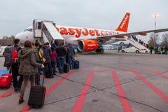 Folket som går i en landningsbana för att skriva in en EasyJet, hyvlar Royaltyfria Bilder
