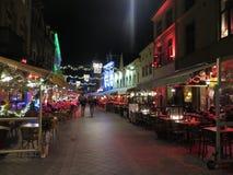 Folket som går i ljust tänd jul, dekorerade gator Royaltyfria Foton