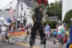 Folket som går i Wellfleeten 4th Juli, ståtar i Wellfleet, Massachusetts Arkivfoto