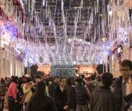 Folket som går på jul, tajmar mycket av julljus i Macao, Kina Arkivfoton
