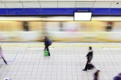Folket som går på plattformen på metroen, posterar Arkivbild