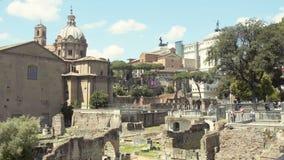 Folket som går runt om Roman Forum, den berömda gränsmärket, sight turnerar till Italien arkivfilmer