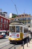 Folket som går vid spårvagnen, fodrar i mitten av Lissabon, Portugal Royaltyfria Bilder