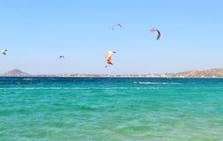 Folket som gör kitesurf och, vindsurfar på den Naxos ön Cyclades Grekland Royaltyfri Fotografi