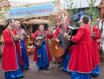 Folket som har gyckel som spelar musik, underhåller folk Royaltyfri Fotografi